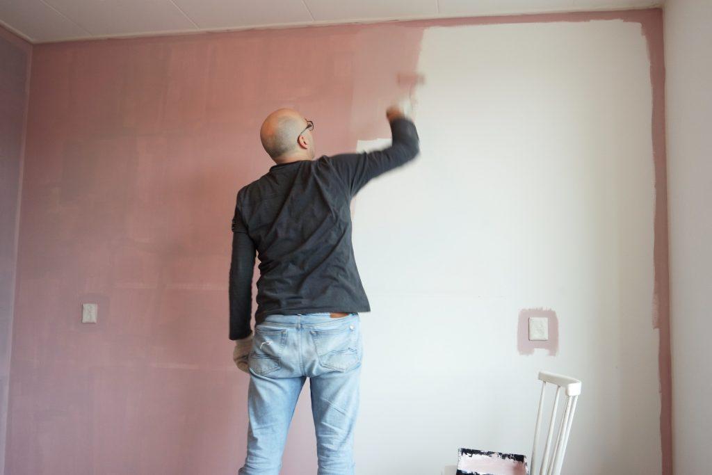 homme-peinture-mur-rose
